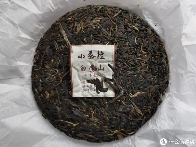 饼型工整,很自然均勻,叶肥圆厚,少许茶芽,内飞与茶叶粘连在一起
