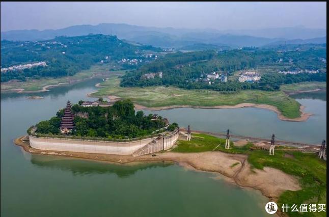 由于三峡大坝蓄水,为了保护文物建筑,在四周修建了50m高的水泥挡墙,使得它成了屹立于江水中的景点。