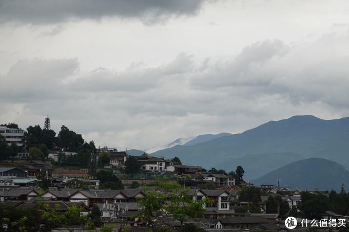 露台 拍远处的 房子 and 山景