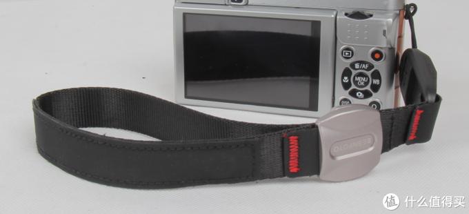 这个相机手腕带真的很方便,不是一般的快,卡扣自动吸附到位,一只手完成快速拆装;
