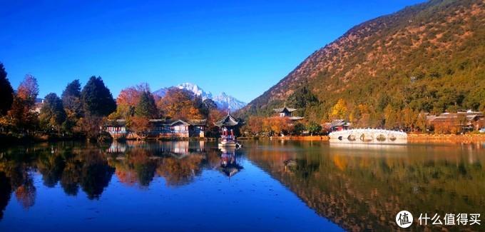玉龙雪山和5孔桥映在蓝色泉水 分外漂亮