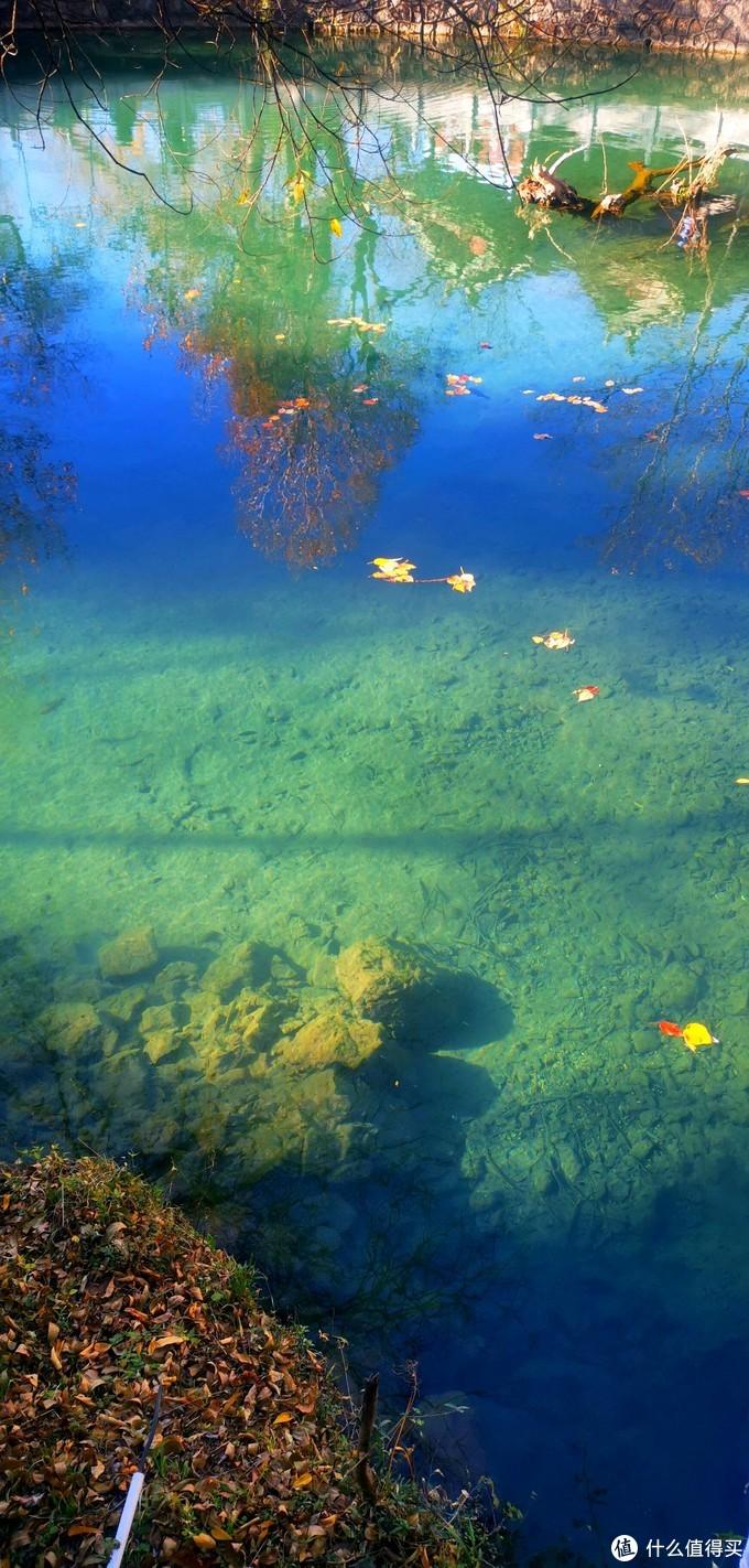 泉水清澈 阳光下几重颜色
