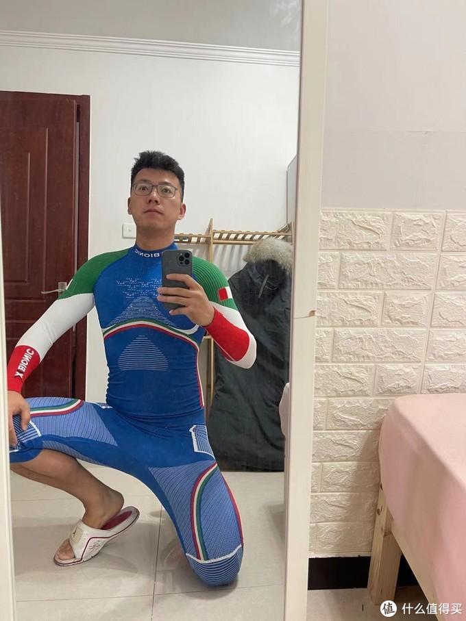 意大利队的队服,相比中国队最主要的还是裤子的中款设计,这样穿上滑雪长袜之后,和中裤到膝盖的部分完美搭配