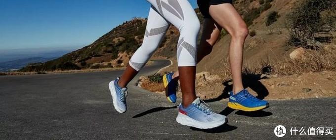 """摘自网络:在跑鞋界中,HOKA ONE ONE 绝对是 特立独行 的那一类,在几乎所有品牌都以 """"更轻、更薄"""" 为方向去做跑鞋时, HOKA ONE ONE 却坚持着自己的初心,把心血放在了研发 中底科技上 。它的跑鞋看上去笨重累赘,却用 出色的包裹、强力的缓震 征服了一位又一位跑者。"""