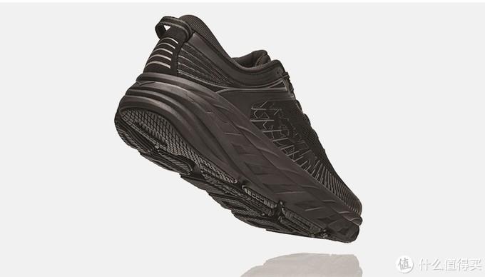 摘自网络:滚动平衡科技指的是前脚掌和后脚跟之间的高度差比较小,且HOKA ONE ONE的鞋在脚尖和脚后跟都会翘起来,耐克跑鞋穿的比较多的跑友们感受比较强烈,就是他们都是一样的设计理念,整只鞋有点像船一样的结构,前后都会翘起来,整个身体的重心自然的由后掌向前掌过渡,减少自身体力消耗!