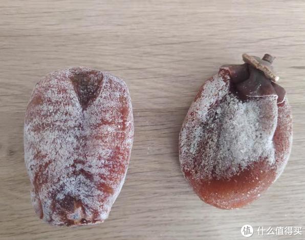 左边是广西柿饼,比较饱满,右边是富平柿饼,捏扁了的状态,因为家里有暖气,放了两天已经有部分霜化开了