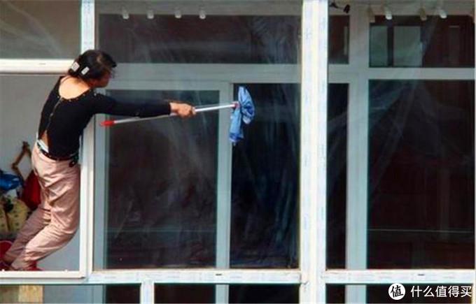 高楼玻璃危险不好擦,BOBOT智能擦玻璃机:干净高效还安全!