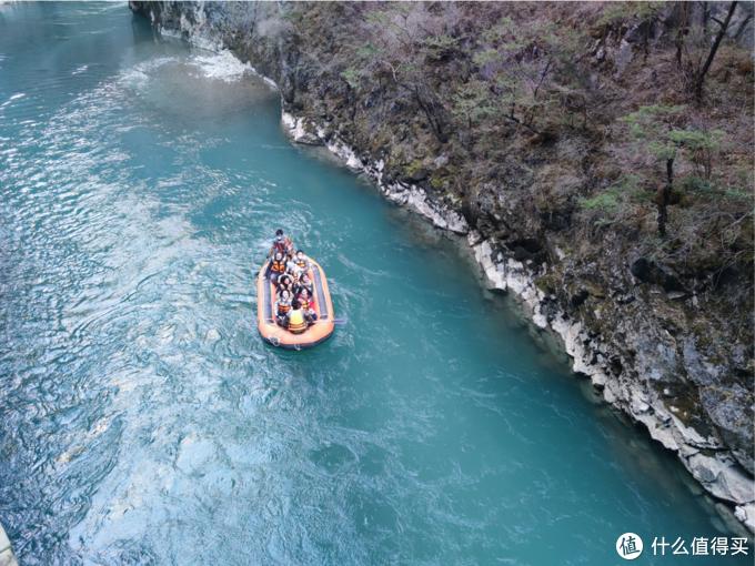 香格里拉大峡谷,U型峡谷,很壮观,水很漂亮,可以漂流。