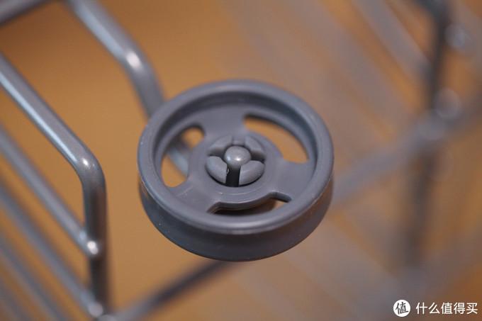 塑料材质的下拉篮滚轮,没有什么毛刺,挺精致