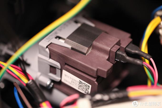 从这里可以看到机器内部的执行器件,比如这个电磁阀,做工非常精致。
