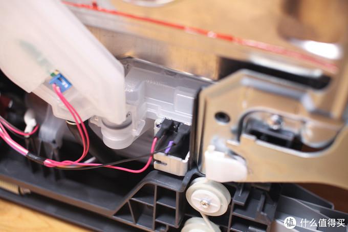 这个塑料盒子,就是洗碗机专用盐的存储仓了