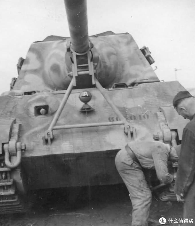 305010号车的实车历史照片,这是1944年10月部队接收后,将其开下列车装卸坡道后,正在更换作战型履带的场景。可以见到非常明显的防磁涂层,车体编号不在正中间而在左侧。