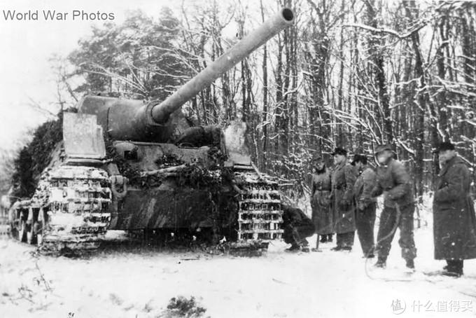 1944年12月,在森林中正在将运输履带更换作战履带的314号车。虽然在森林中都做了伪装,但由于其庞大的身躯与履带痕迹,盟军还是能侦察到它们,进而呼叫空袭发动攻击