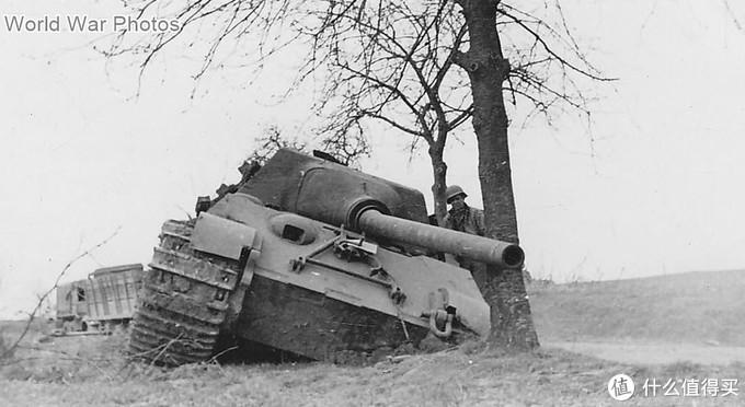 美军士兵检查314号猎虎,1945年3月18日