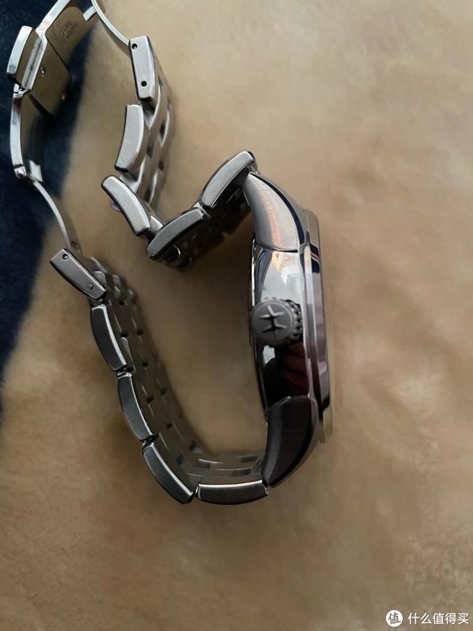 手表厚度感人,绝对算不上轻薄,应该是机芯加了动显的原因,但是也多了一份厚重感,反正我是不太介意。