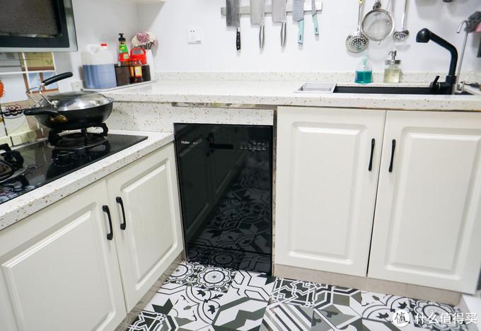 推进去就位,颜值很不错吧,和我厨房白色空间搭配起来很和谐。