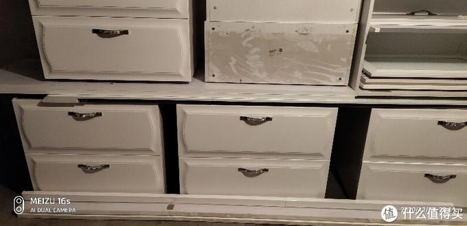 样品柜陈列了一年全是灰