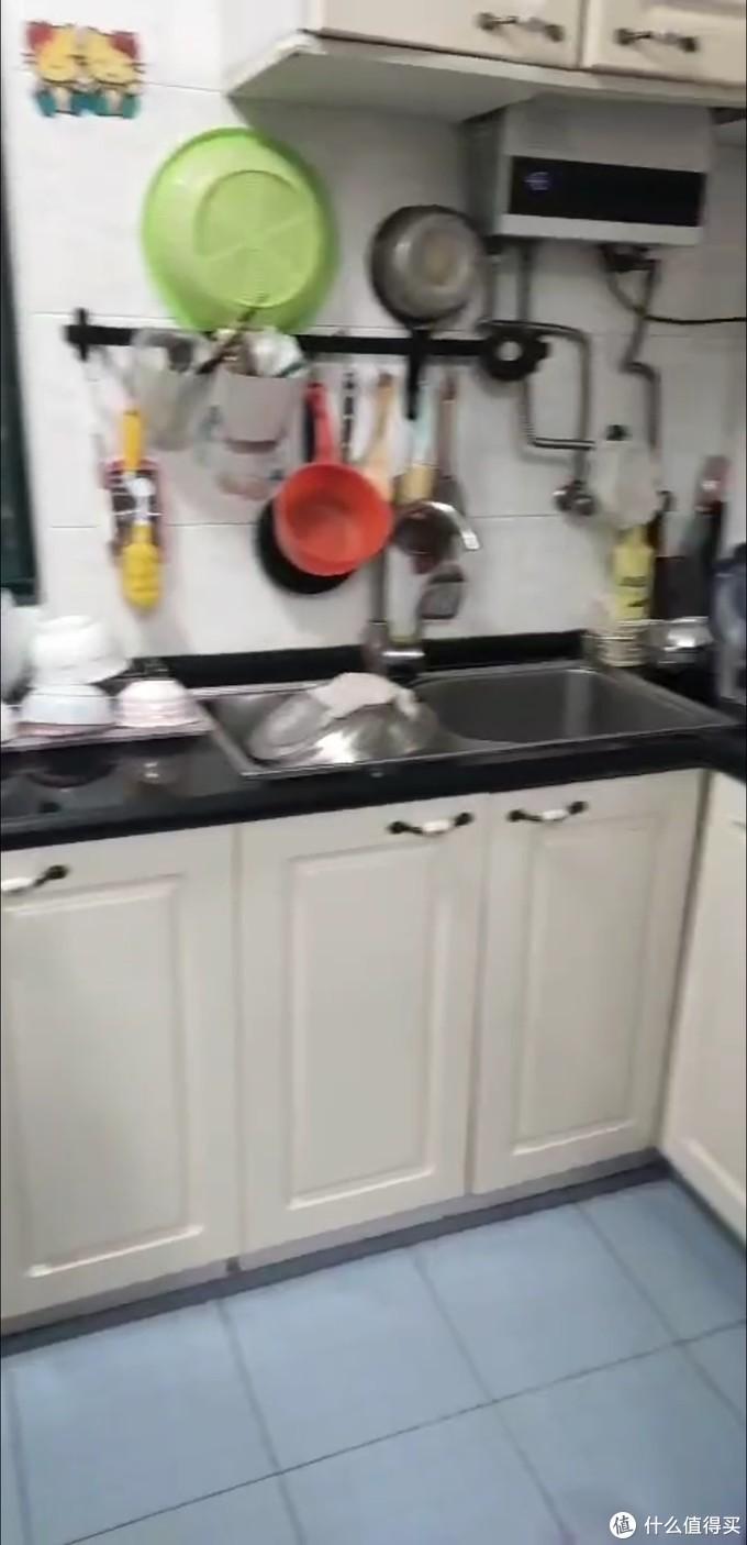 水槽右边门坏了,门一开就掉