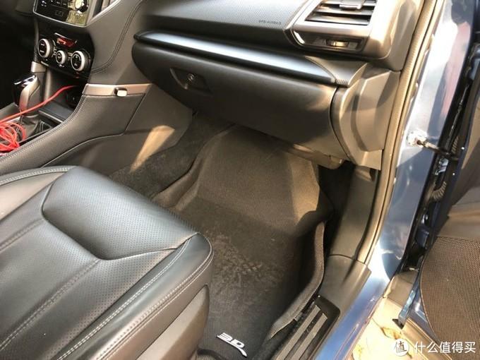 空调滤芯就在副驾驶座工具箱内面