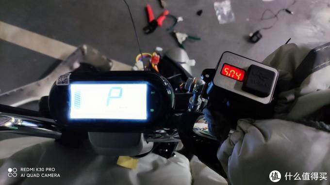 安装完的效果,启动后即显示电池电压。右侧一颗小螺丝+底部双面胶固定