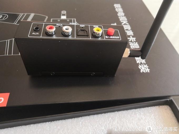 背面,右边竖起那根应该是接收无线话筒信号的天线,红色按钮是切换输入的线路,通电后有灯提示当前处于何种线路输入