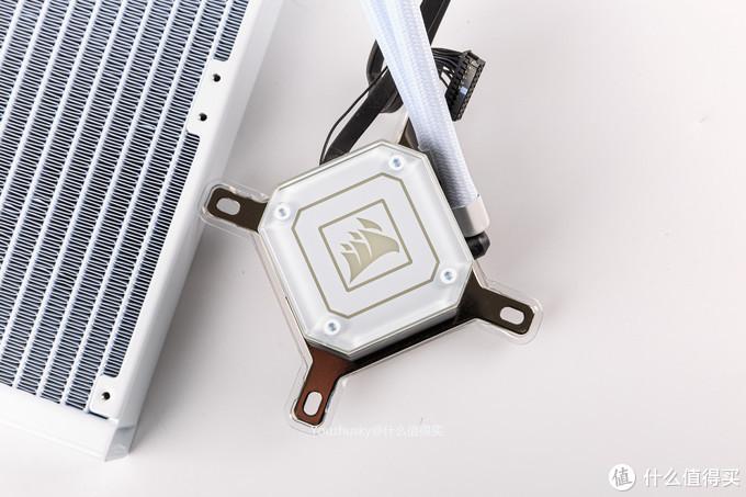 先看冷头,不同于黑色版本,白色版本的冷头泵盖更换所用的螺丝也是白色的,内部有33颗可分别独立寻址的RGB LED