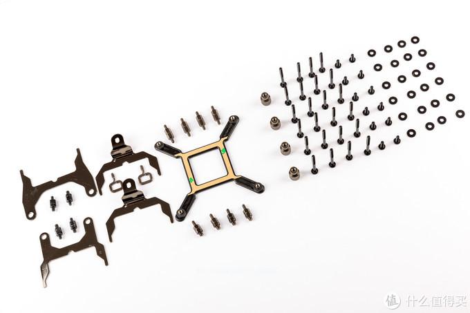 扣具安装也是非常方便,从左到右一次为TR4扣具、AM4扣具、intel扣具(115X120020XX)、扣具螺丝、风扇螺丝(附送24颗螺丝可供叠汉堡使用)、冷排螺丝、螺丝垫片