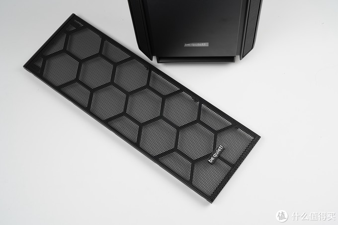 Silent Base 802机箱包括两个不同的前面板,其中一个具有网状设计,可提供大量气流,另一个前面板则设计成可防止噪音逸出外壳。两个可互换的前面板和顶盖,以最大化隔音或冷却性能。