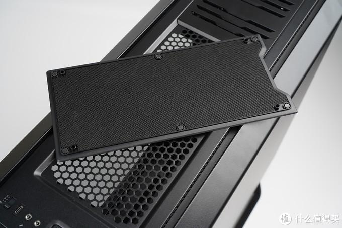 默认两段式磁吸顶盖,一块注重散热,另一块加装了隔音海绵。