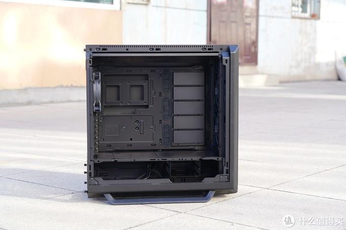 机箱内部结构为全模组模块化设计,任何一个模块都是可以单独拆分的。主板可进行倒装,以此让机箱的侧透面换展现方向。在机箱前部最大可支持安装420mm冷排。在全模组的加持下,整个机箱的空间被最大化利用。宽敞的箱体空间,可兼容包括E-ATX主板在内的大多数硬件,更是可以容纳多张显卡和大型风冷散热器。