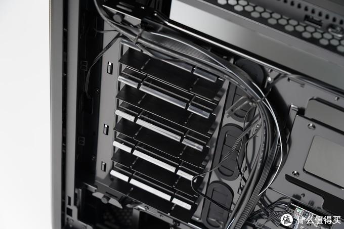 机箱硬盘位,最多可以安装7个3.5英寸或15个2.5英寸硬盘。通过使用框架,大大简化了电源设备的安装。