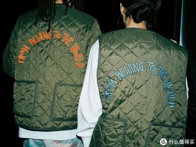军事风格的绗缝马甲和夹克,这个绣字字体和文案其实在往季中已经出现过