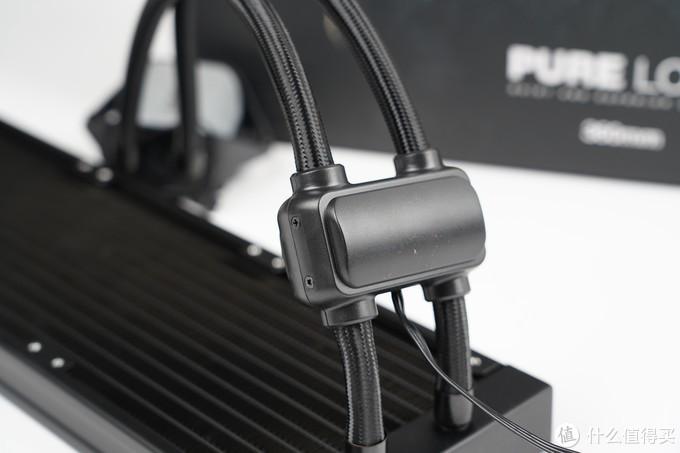 水冷的水泵与其他厂商设计不同,独立设计在了水冷管上,水泵采用双层外壳设计,官方宣称可以起到降低噪音和震动作用。