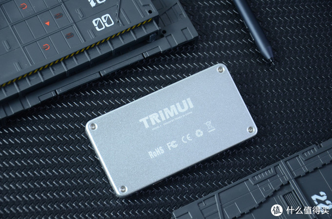 "TRIMUIMODEL S""迷你掌机""体验:2.0英寸IPS屏,外观比手掌还小"