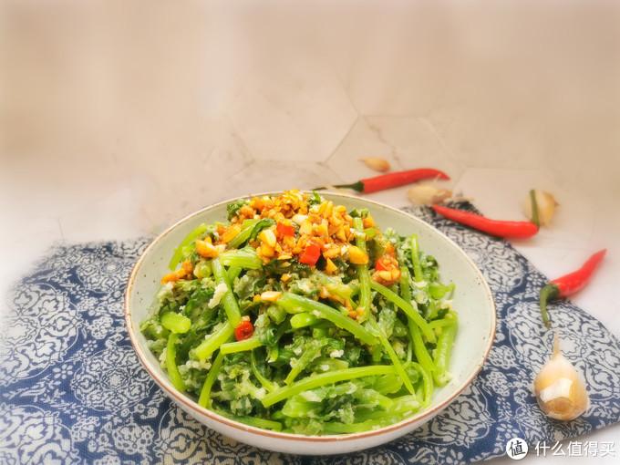 茼蒿别再炒着吃,裹上面粉蒸一蒸,既是饭又是菜,失眠的人要多吃