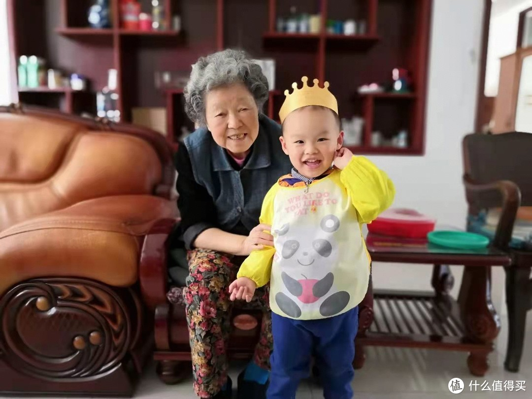 2018年,93岁和3岁一起过生日,每个周末都会带孩子一起看她,那时笑的真好看,一点看不出体内某些细胞在疯狂的生长