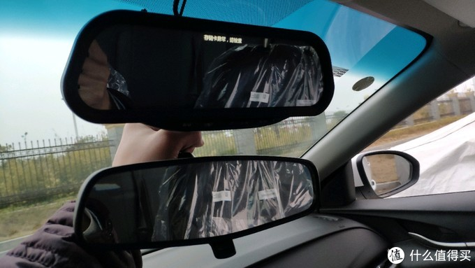 上:凯迪拉克流媒体一代 下:英朗原车普通后视镜