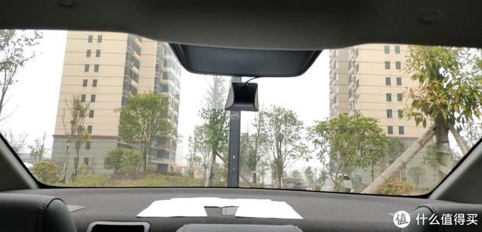 直接黏在后窗玻璃上,免去车屁股打孔,摄像头外露淋雨