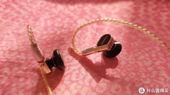 耳机本体采用轻型合金,十分轻便,优化入耳感