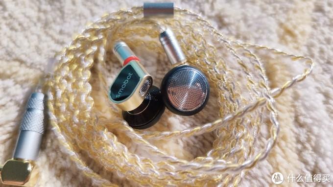黑金版本,喇叭做工优秀,腔体颜值在线,顶端有气孔设计