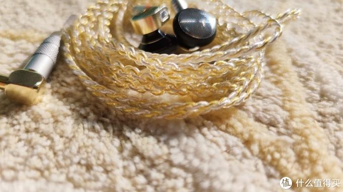 黑金版本的原配线材也是金色的,采用的是铜镀银混编线,对于人声的提升和低频的打磨有一定的提升