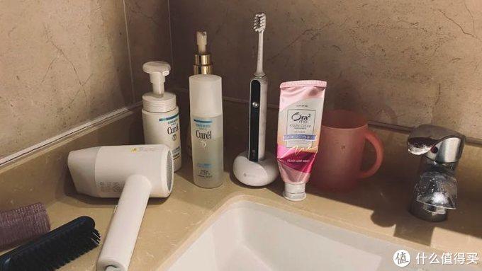 收纳?杀菌?挤牙膏?通通搞定!小莔智能消毒牙刷架