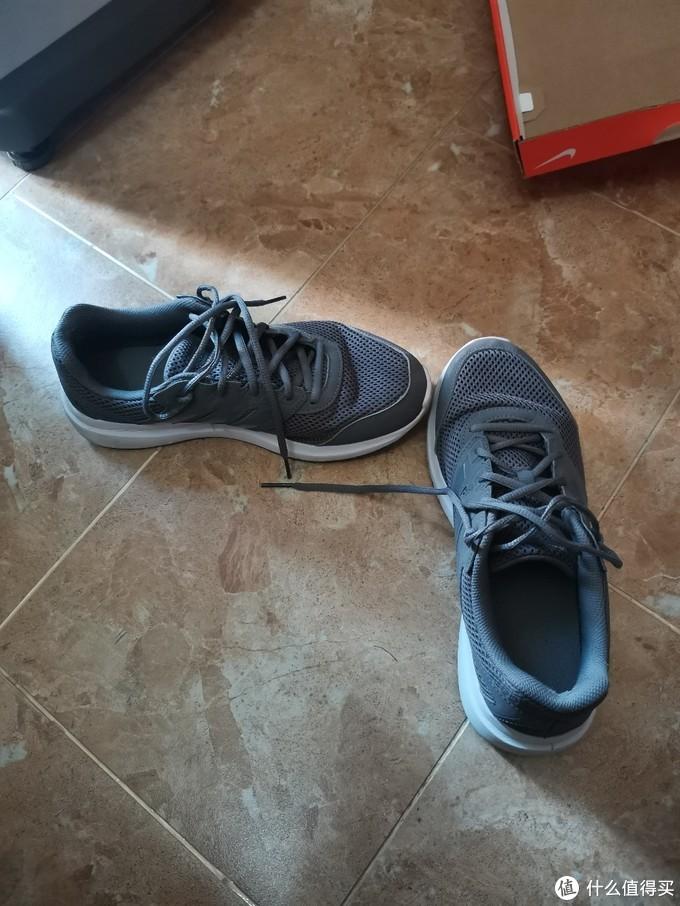 这是人生第一双跑鞋,2018年11月购买。穿着它跑了第一个3公里。