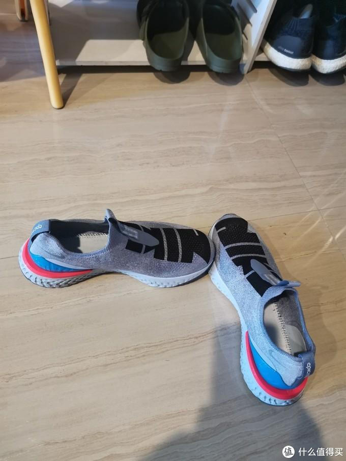 无鞋带穿脱真的方便,就是跑步的时候没有鞋带感觉不牢固,其实是没有问题
