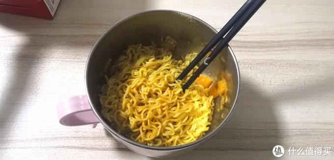 周末宵夜吃些啥?不如下面给自己吃~流程简单的蟹黄拌面,味道……