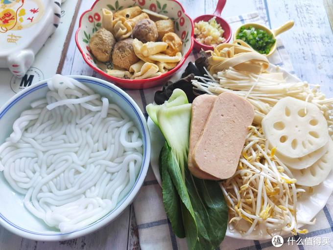 冬天寒冷,做一锅热气腾腾的砂锅土豆粉,越吃越热乎,香辣过瘾