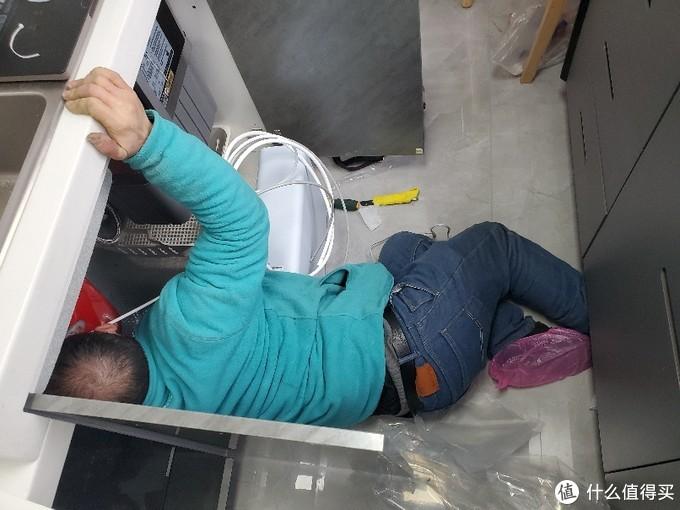施工环境狭小,辛苦安装师傅了。。