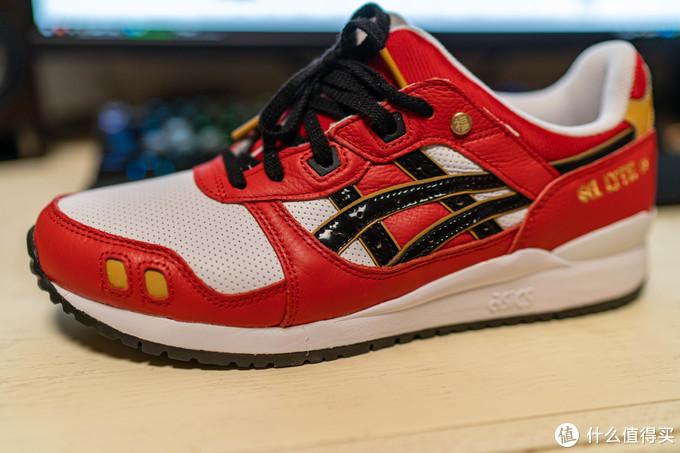 整体配色还算协调,鞋面与鞋身的皮质质感还不错