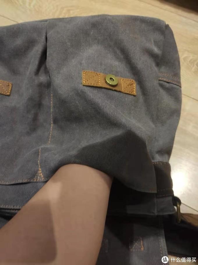 这能清楚看到副袋的大小,伸开的手账和部分小臂都能隐藏进去