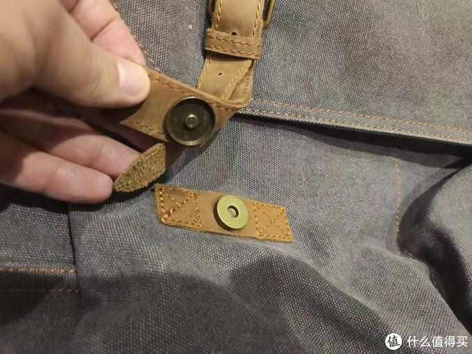 真皮装饰带,外加按扣,整体走线非常规整